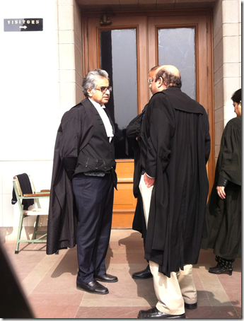 Moments before the SC verdict, Salve (l), and IT dep't senior counsel Rohinton Nariman talk in the corridors